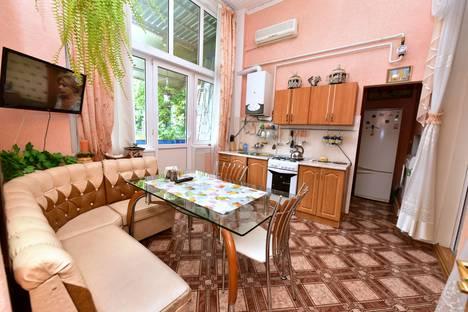 Сдается 2-комнатная квартира посуточнов Ялте, Набережная им. Ленина 5.