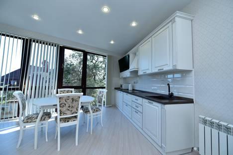 Сдается 2-комнатная квартира посуточно в Массандре, Ялта, улица Туристская, 10.