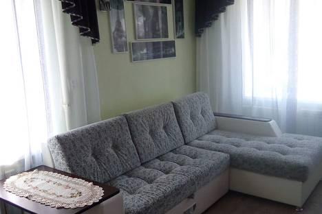 """Сдается 1-комнатная квартира посуточно в Яровом, квартал """"Б""""  дом 12."""