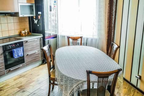 Сдается 3-комнатная квартира посуточно в Омске, улица 70 лет Октября, 13.