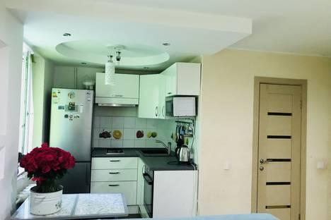 Сдается 1-комнатная квартира посуточно в Волжском, улица имени генерала Карбышева, 51.
