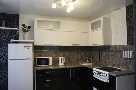 Сдается 2-комнатная квартира посуточно в Омске, проспект Комарова, 21.