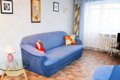 Сдается 2-комнатная квартира посуточно в Шахтах, улица Советская, 143.