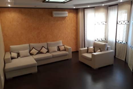 Сдается 2-комнатная квартира посуточно в Барнауле, улица Короленко, 113.