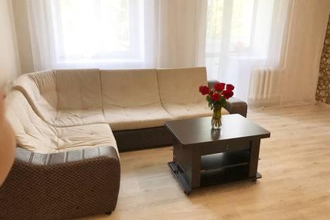 Сдается 4-комнатная квартира посуточно в Назарове, улица Арбузова, 112.