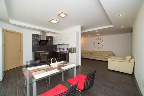 Сдается 4-комнатная квартира посуточно в Челябинске, улица Университетская Набережная, 76.