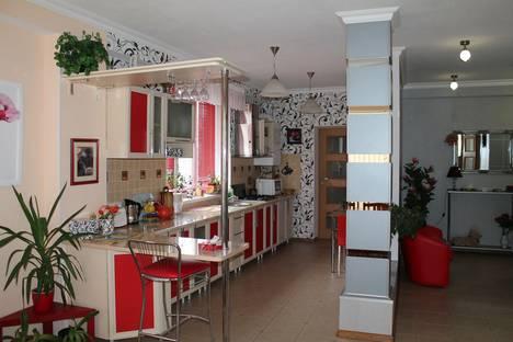 Сдается 2-комнатная квартира посуточно в Ялте, улица Карла Маркса, 1а.