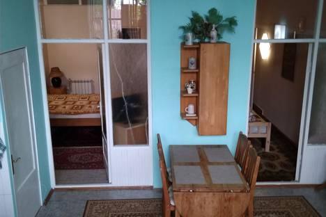 Сдается 2-комнатная квартира посуточно в Ялте, ул. Средне-Слободская, д. 34.