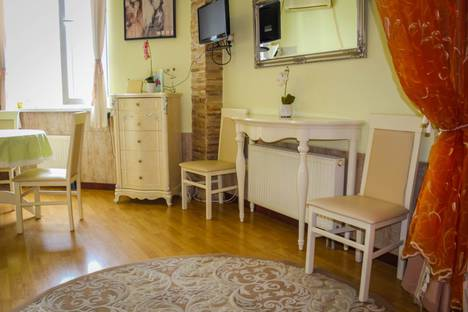 Сдается 1-комнатная квартира посуточно в Ялте, ул. Володарского, 9.