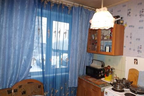 Сдается 2-комнатная квартира посуточно в Кировске, улица 50 лет Октября, 7, подъезд 1.