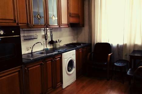 Сдается 2-комнатная квартира посуточно в Омске, проспект Карла Маркса, 84.