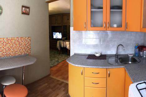 Сдается 2-комнатная квартира посуточно в Саратове, улица Сакко и Ванцетти, 10, подъезд 1.
