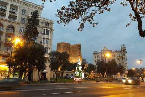 Сдается 3-комнатная квартира посуточно в Баку, 1000 проспект Нефтяников 93.