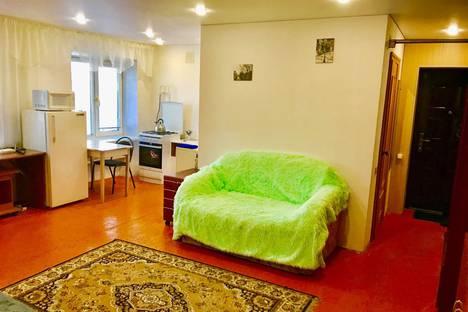 Сдается 2-комнатная квартира посуточно в Сатке, улица Ленина, 10.