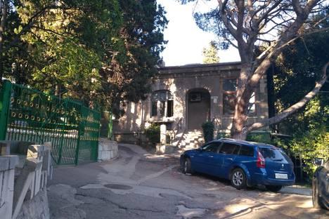 Сдается 3-комнатная квартира посуточно в Ялте, улица Кирова, 13.