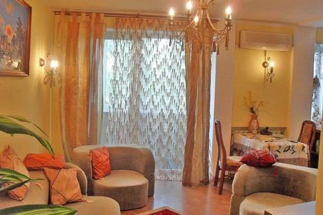 Сдается 3-комнатная квартира посуточно в Феодосии, ул. Крымская 7.