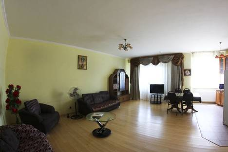 Сдается 3-комнатная квартира посуточнов Алматы, Муканова Курмангазы 12.