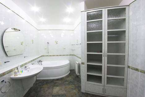 Сдается 4-комнатная квартира посуточно в Алматы, Достык Хаджи Мукана 63.