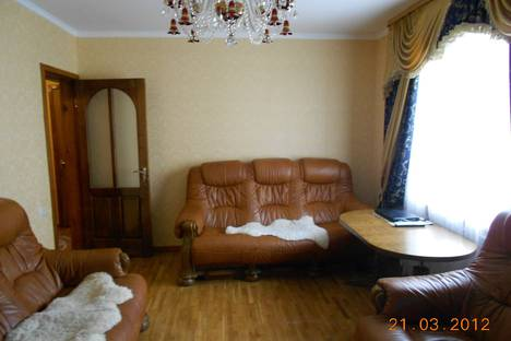 Сдается 3-комнатная квартира посуточно в Алуште, ул. Октябрьская, 51.