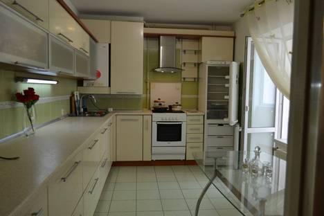 Сдается 3-комнатная квартира посуточно в Ильичёвске, 1 мая 2а.